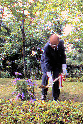 Hiroshi Takeuchi at the Clematis Planting ceremony during the first visit by the Society to Japan in 1997©Ken Woolfenden